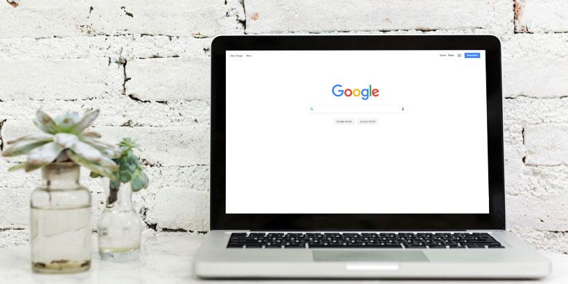 """Ein offener Laptop mit der Google Startseite offen. Um in Google oben gefunden zu werden, muss man sich erst fragen """"Was bedeutet SEO?"""""""